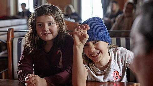 Rebeka Vetchá (vpravo) si zahrála i s vypadlým zubem.