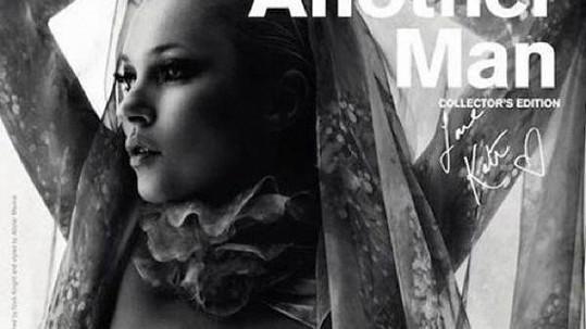 Kate Moss nahá na titulce časopisu Another Man.