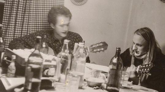 Lukáš Pavlásek (vpravo) na silvestrovské párty. Bylo mu osmnáct let.