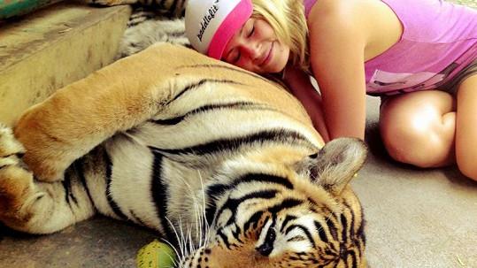 Nikol Moravcová se tulila k tygrovi.
