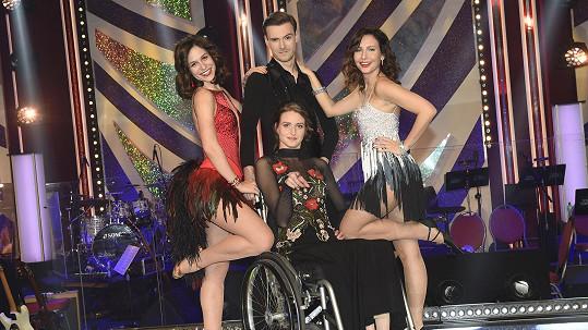 Veronika Arichteva (vpravo) si zatančila s Veronikou Khek Kubařovou, Dominikem Vodičkou a vozíčkářkou Petrou Ptáčníkovou.