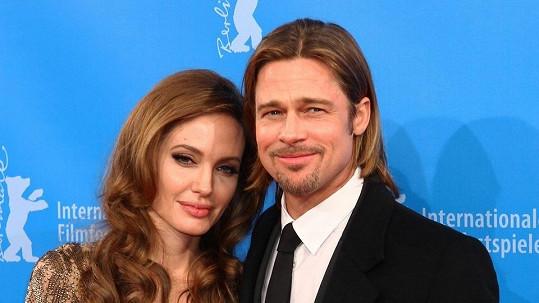 Angelina Jolie a Brad Pitt se nechají tetovat.