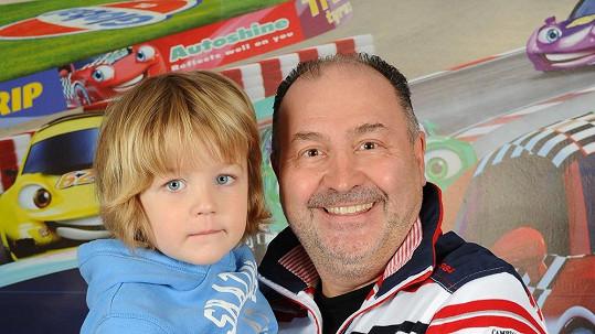 Michal David se svým krásným vnukem.