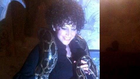 """Lucie Bílá na """"svatbě"""" v Dětenicích, kde si kolem krku omotala hada."""