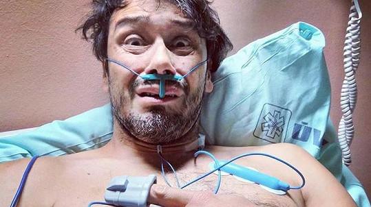 Herec se vyfotil na nemocničním lůžku