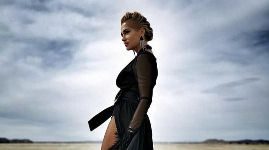 Dara Rolins fotí sexy snímky v Mohavské poušti.