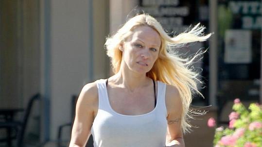 Pamela Anderson vyrazila na snídani nenalíčená.