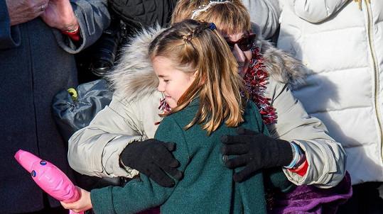 Princezna Charlotte objala ženu na vozíčku.