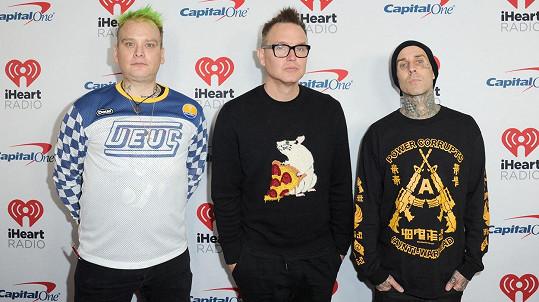 Zleva: Matt Skiba, Mark Hoppus a Travis Barker