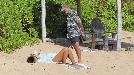 Pierce Brosnan a Keely Shaye Smith se izolují na Havaji.