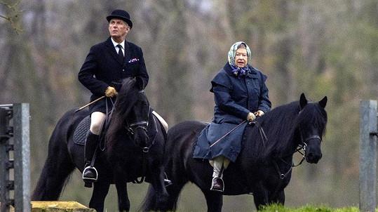 Královna Alžběta II. si i v pokročilém věku dopřává vyjížďky na koni.