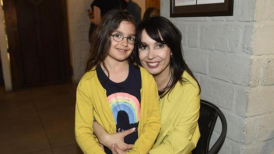 Nela s dcerou Sašenkou, kterou má v pěstounské péči