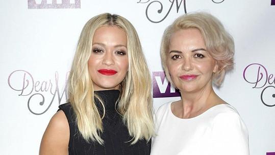 Rita Ora s maminkou