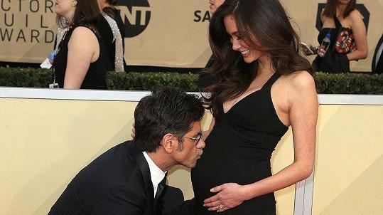Herec John Stamos se díky mladší manželce Caitlin McHugh dočkal potomka.
