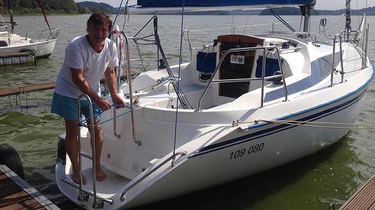 Pavel Trávníček na lodi na Lipně