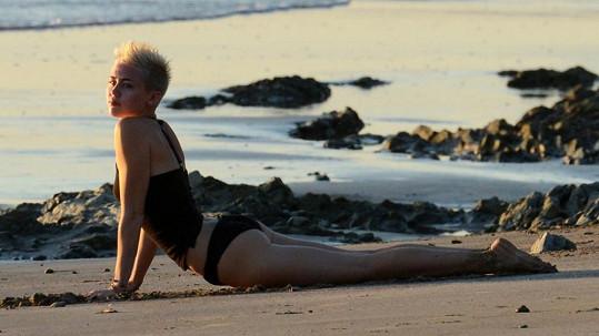 Miley Cyrus je nadšenkyní do jógy.