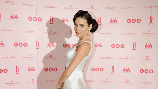 Andrea Verešová si vezme šaty od Natali Ruden.