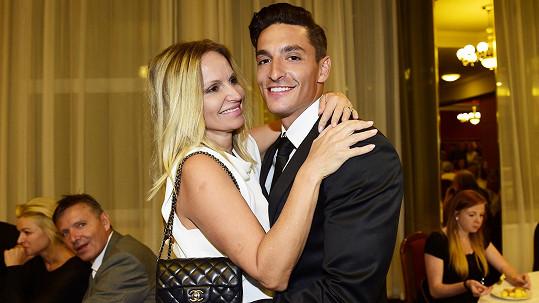 Michal Hrdlička v objetí s krásnou blondýnou. Je to jeho maminka.