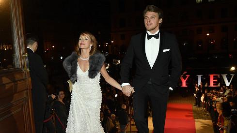Táňa Vilhelmová s partnerem Vojtou Dykem byli nejkrásnějším párem večera.