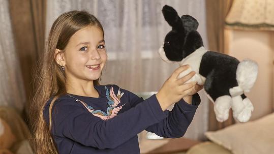 Viktorka Rybová si nechala ostříhat dlouhé vlasy, aby se z nich vyrobila paruka.