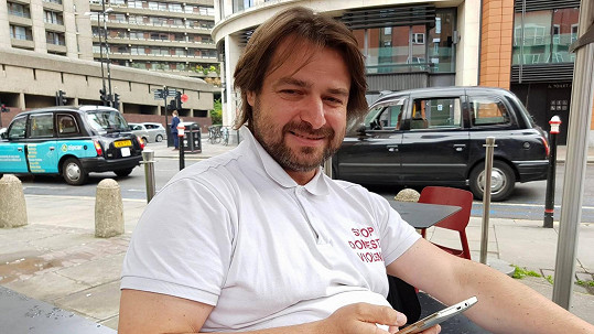 Zdeněk Macura v Londýně pracuje jako mezek. Kvůli dluhům jiných!