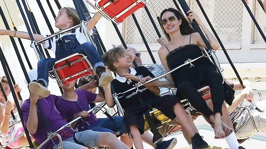Dvojčata Vivienne a Knox oslavila své deváté narozeniny ve společnosti maminky a sourozenců v Disneylandu.