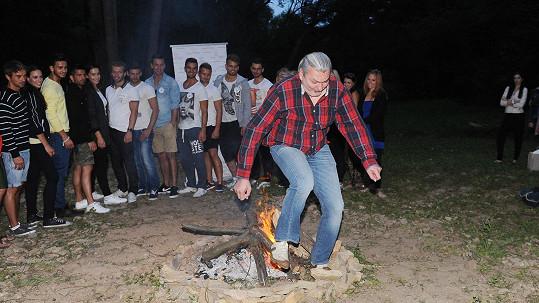 Dan Hůlka se rozhodl, že přeskočí vatru jako Jánošík.