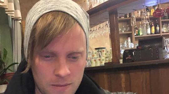 Jakub Prachař a dlouhé vlasy pod čepicí