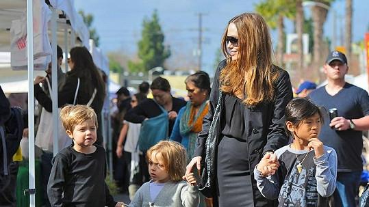 Angelina Jolie s dětmi. Vlevo kráčí Shiloh s ostříhanými vlasy.