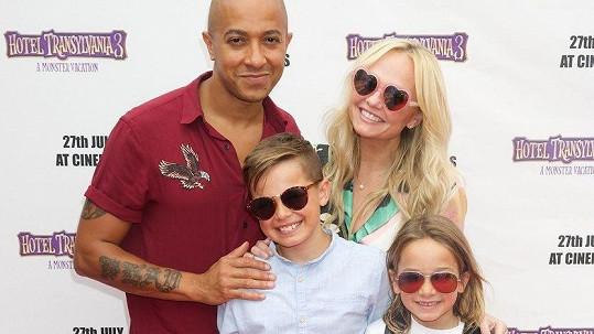 Emma se pochlubila partnerem i dvěma dětmi.