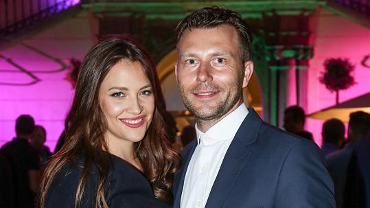 Modelka chodí s pražským komunálním politikem Michalem Valentou.