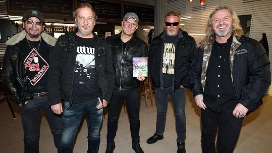 Kapela Kabát. Zleva Tomáš Krulich, Radek Hurvajs Hurčík, Ota Váňa, Milan Špalek a Pepa Vojtek