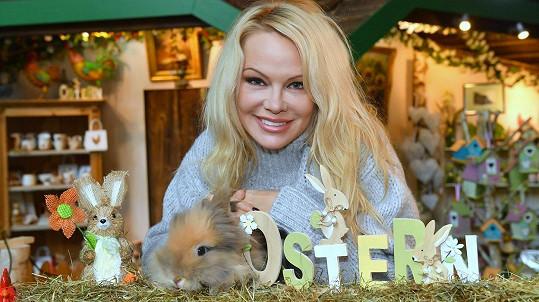 Pamela Anderson se připravuje na Velikonoce.