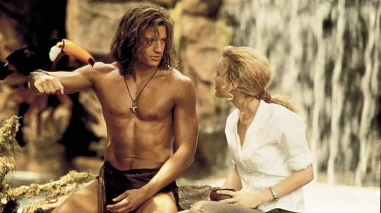 Brendan Fraser v roli krále džungle George. Na snímku s Leslie Mann