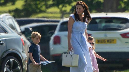 Kate střídá luxusní módu s kousky z konfekce.
