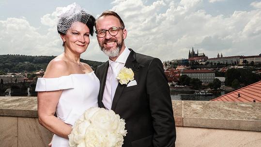Táňa si brala přítele Petra na terase hotelu s vyhlídkou na Pražský Hrad
