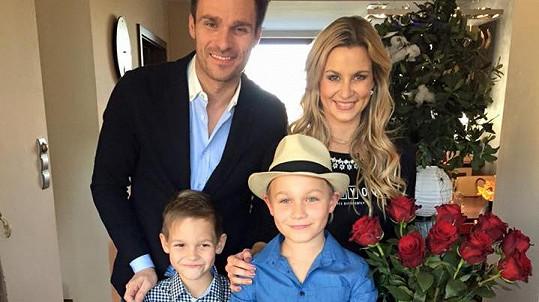Leoš Mareš s manželkou Monikou a syny Matějem a Kubou