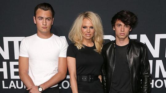 Pamela Anderson se syny, Dylan (vpravo) boduje v modelingu.