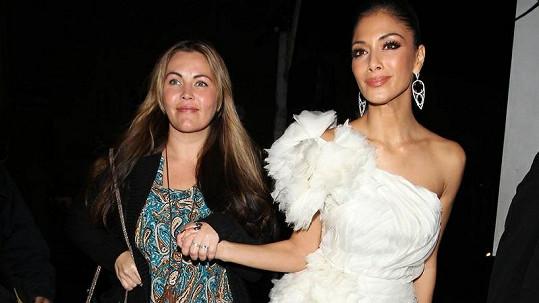 Nicole Scherzinger (vpravo) si na sebe vzala sexy model.