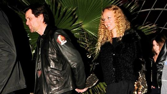 Jim Carrey se svou novou partnerkou, ruskou studentkou Anastasjí Vitkinou.