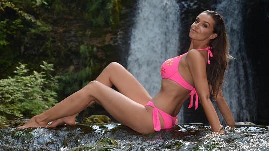 Iva Kubelková vypadá v plavkách skvěle.