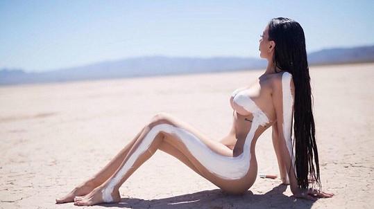 Jennifer Pamplona je kopií Kim Kardashian. Aspoň se o to snaží...