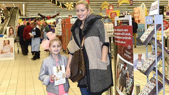 Tereza s dcerou Emilkou se zapojily do Národní potravinové sbírky.
