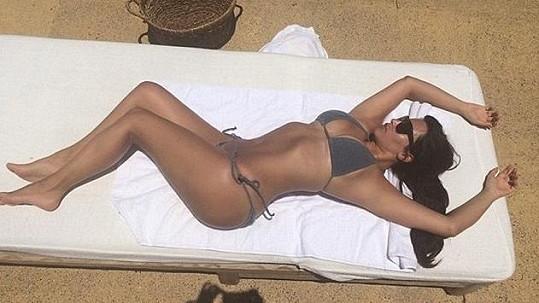 Kim se ráda nastavuje slunci i objektivu.