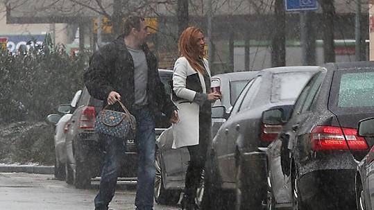 Romana to má dobře zařízené. Milenec ji vyzvedl a nosí jí dokonce kabelku.