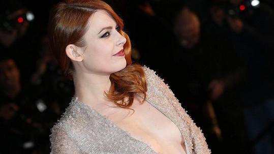 Élodie Frégé se představila v hodně odvážných šatech.