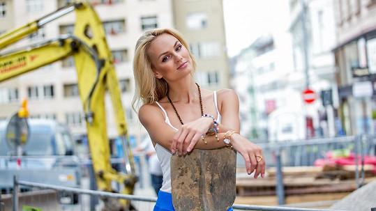 Miss Earth Fajksová se v Brně chopila lopaty.