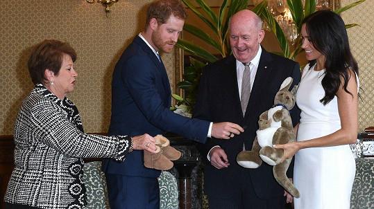 Harry a Meghan dostali od generálního guvernéra Petera Cosgrovea a jeho ženy dárky pro dítě.