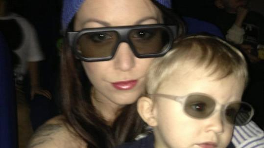 Modelka se synem v 3D brýlích.