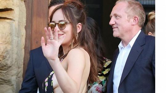 Herečka Dakota Johnson přichází na přehlídku Gucci ve Florencii.